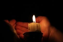 Wärmen Sie die Hände weg von Kerzen